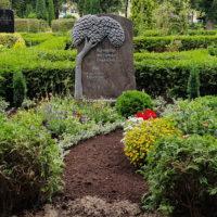 Doppelgrabstein Familiengrabstein Grabgestaltung Grabbepflanzung Sommer modern Grabsteine Baum Granit Steinmetz Friedhof Demmin