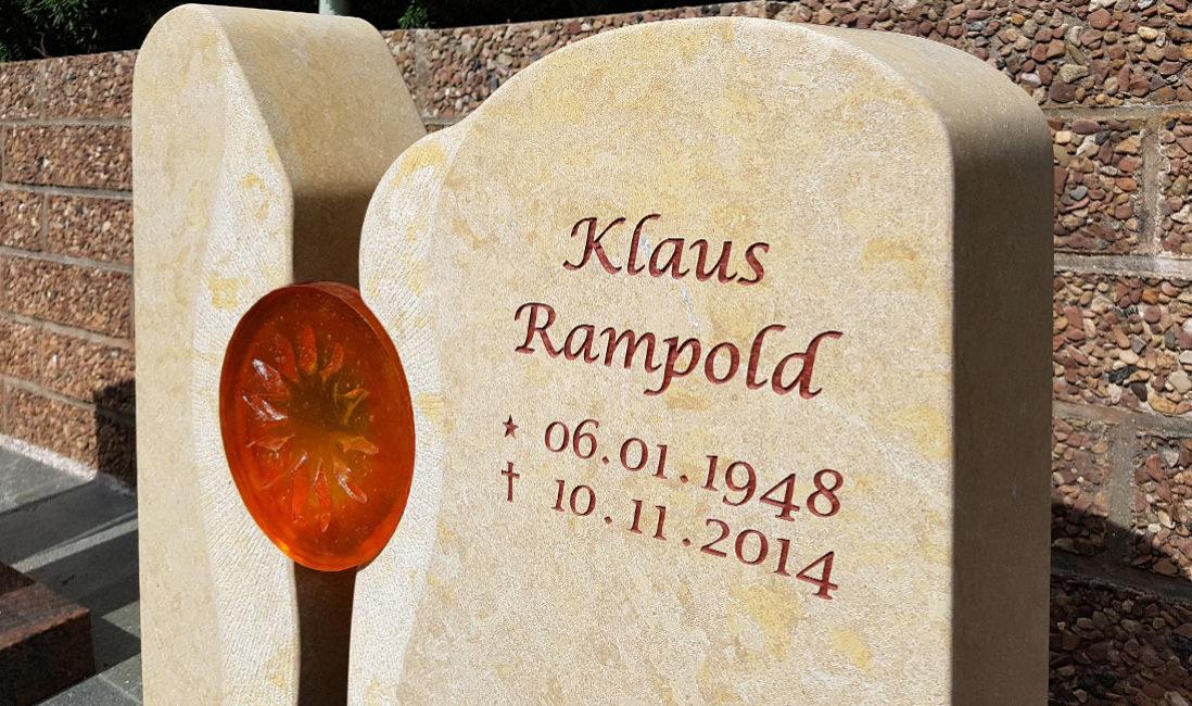 Grabmal mit Glaselementen Grabsteine zweiteilig Kalkstein hell Friedhof Frauenberg Bad Hersfeld Hessen Steinmetz Urnengrabstätte