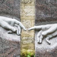 Berührende Hände Finger Michelangelo sixtinische Kapelle Rom Grabstein Granit
