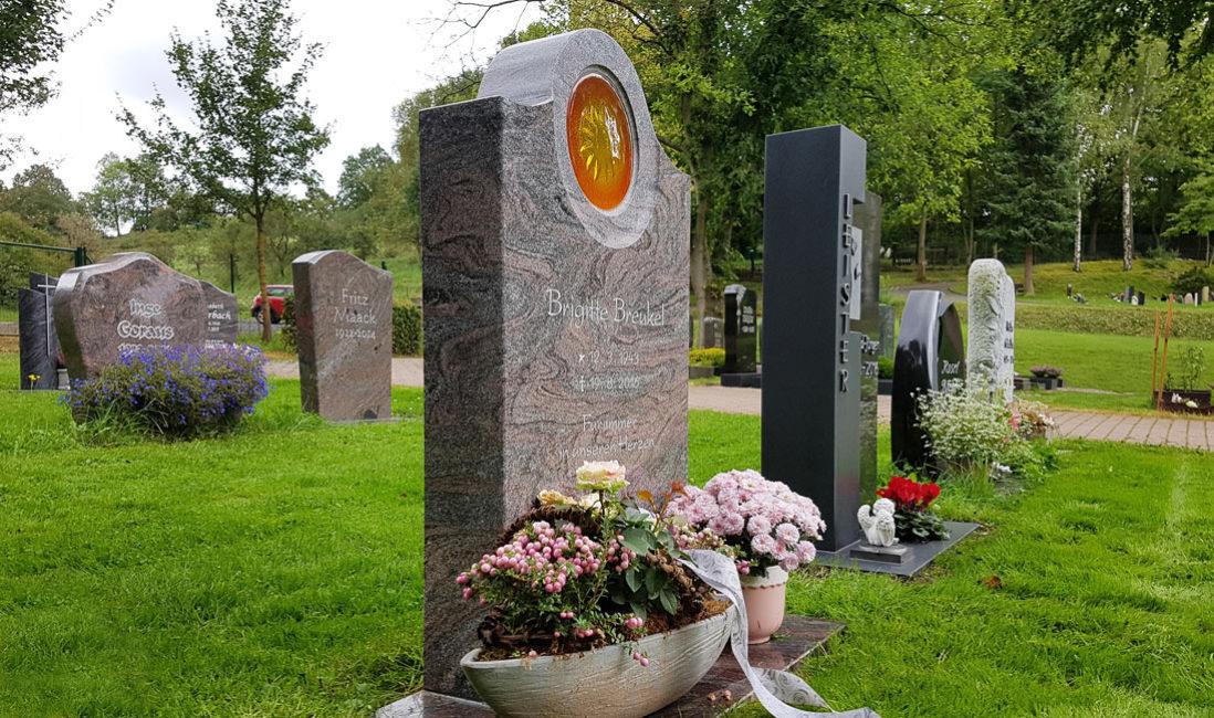 Urnengrab Rasengrab Wiesengrab Urnengrabstein Granit paradiso poliert Glas Einsatz Sonne Grabschmuck Grabdeko Blumen Steinmetz Friedhof Ronshausen