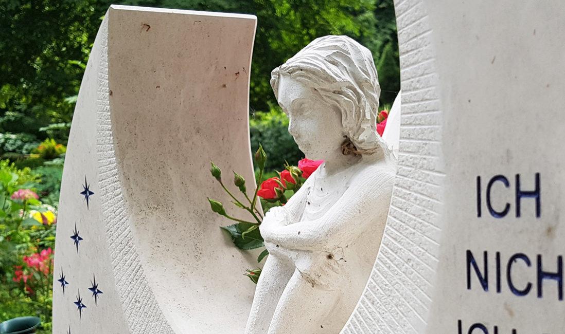 Grabstein Figur Elfe Skulptur Kindergrabstein Kindergrabmal Junge Menschen Kalkstein hell Steinmetz Friedhof Benz Usedom Insel