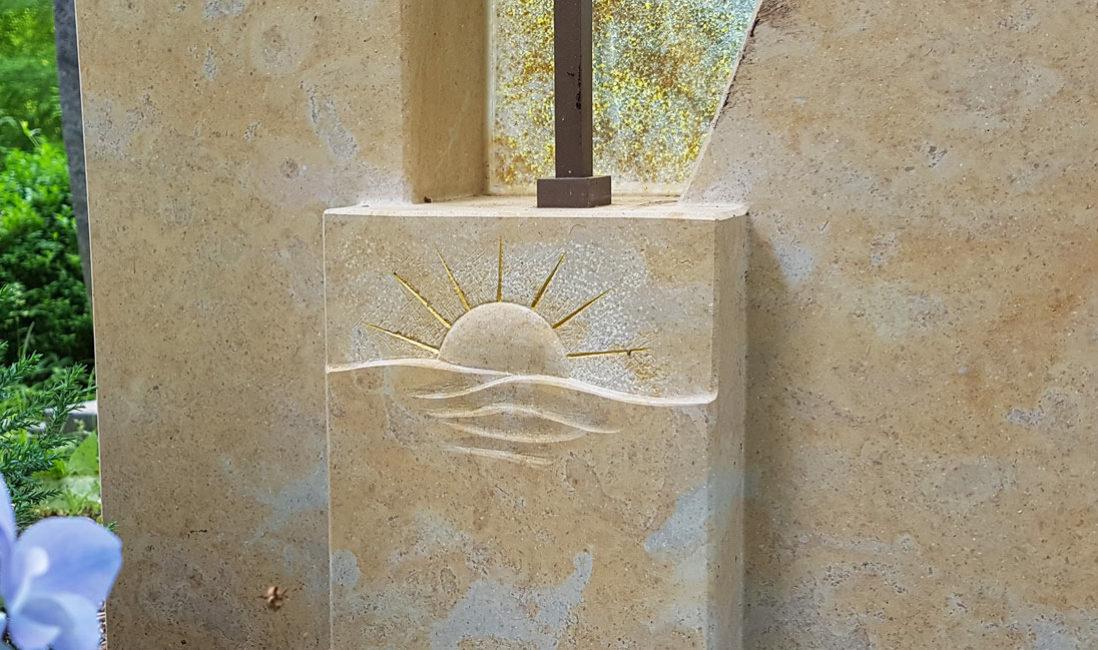 Kalkstein Naturstein Grabmal Grabstein Sonne Symbol