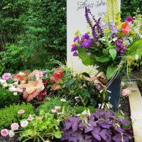 Grabbepflanzung für ein Urnengrab im Sommer Blumen Bodendecker blühende Beispiele Idee