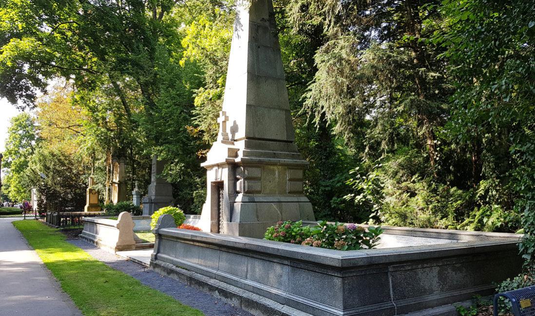 Historische Grabanlage Familiengrab Granit Köln Melatenfriedhof