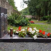 Grab Gestaltung Pflegeleicht Grabplatte Platte Einzelgrab Einfassung Granit Grabbepflanzung Blumen modern Sommer Friedhof Georgenthal Steinmetz