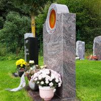 Rasengrab auf dem Friedhof Ronshausen Hessen Grabstein Granit Paradiso poliert Glaseinsatz Sonne