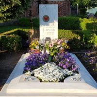 Grabstätte bepflanzen Deko Blumen Pflanzen moderne Gestaltung Beispiel Idee Grabgestaltung Sommer Frühling Marmor Grabstein Glas