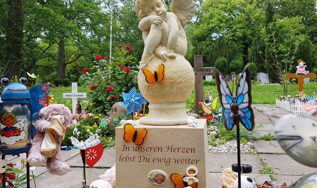 Kindergrabstätte Kindergräber gestalten Gestaltung Engel Kindergrabstein Schmetterling Glas Grabschmuck Grabdekoration Erfurt Steinmetz Hauptfriedhof