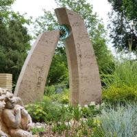 Grabstein für einen jungen Menschen aus Travertin mit Glas Einsatz Sonne Grabgestaltung junge Menschen