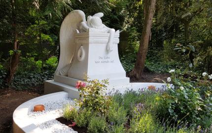 Großes Familiengrab mit Gruft mit Grabengel - Emelyn Story (Engel Grabstein aus Rom) auf dem Südfriedhof Köln.