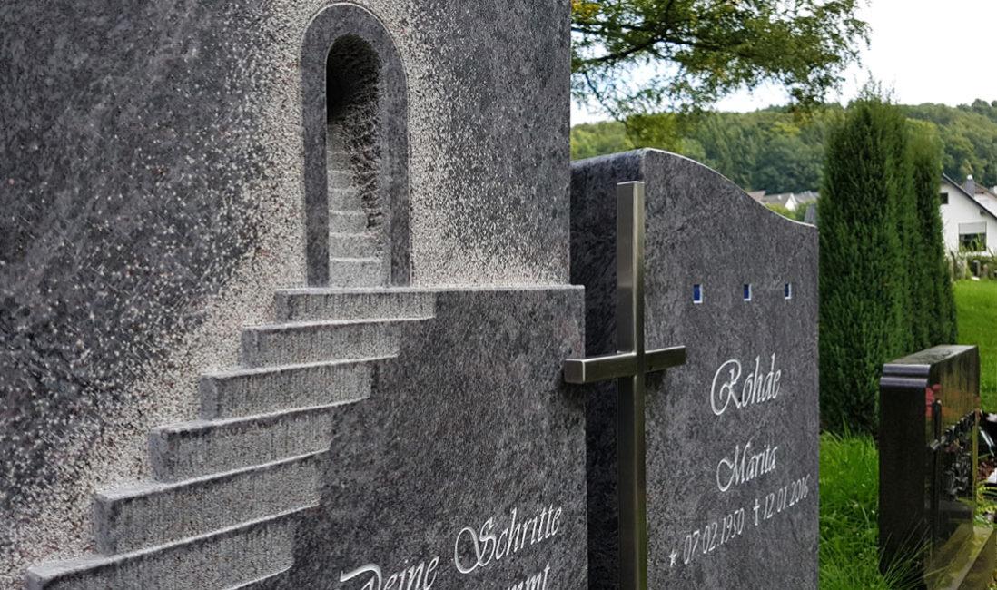 Doppelgrabsteine Treppe mit Kreuz Granit Orion Naturstein Grabinschrift Inschrift für Grabsteine Grabsteinbeschriftung Grabsteinschrift Steinmetz  Friedhof Frielingsdorf