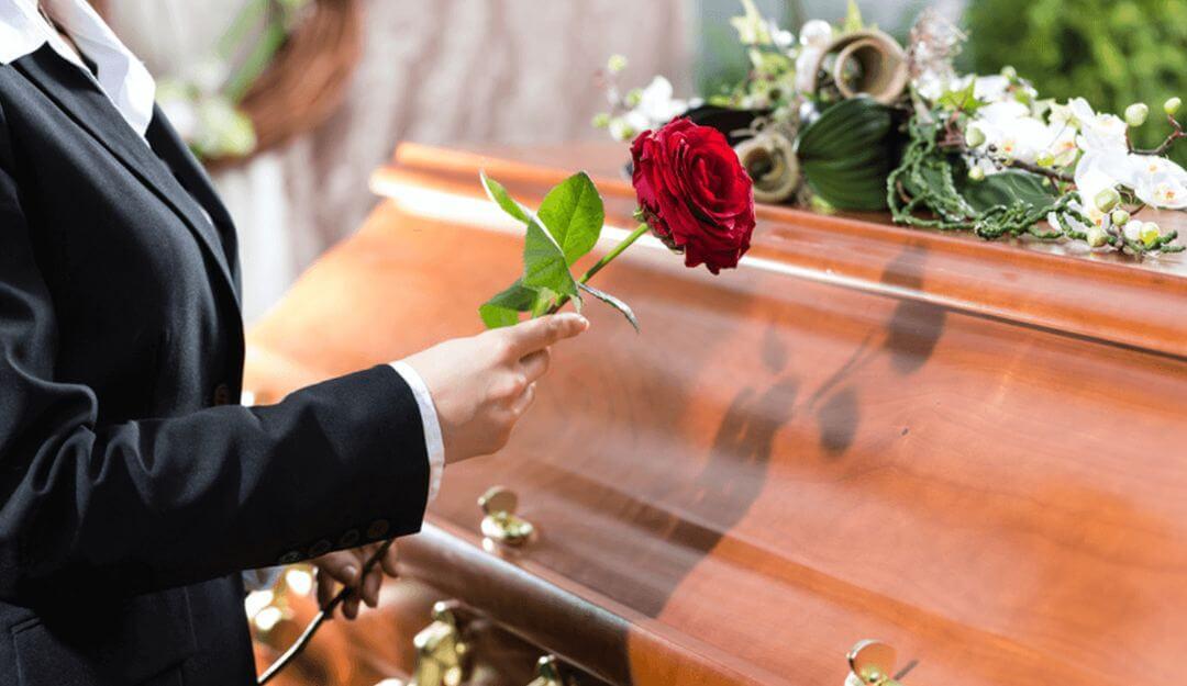 Viele Menschen entscheiden sich für die Aufbahrung des Verstorbenen im Sarg zur Verabschiedung. | Bildquelle: © Kzenon