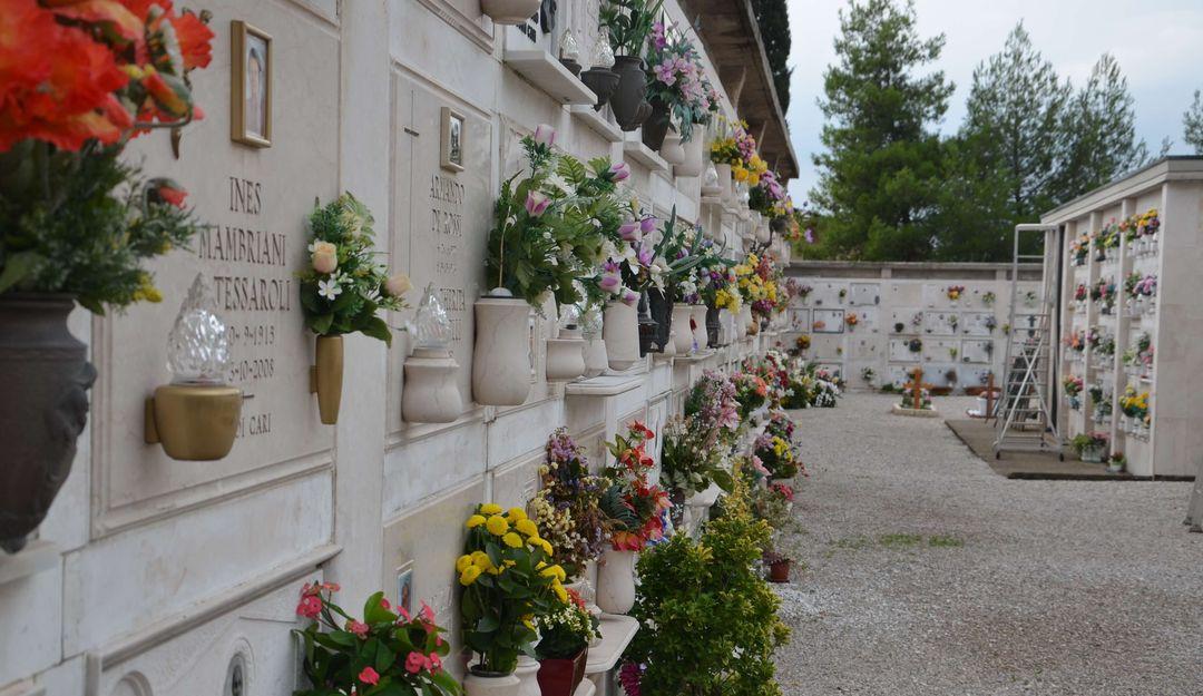 Urnen kann man oberirdisch in einem Kolumbarium bestatten. | Bildquelle: © stilvolle-grabsteine.de