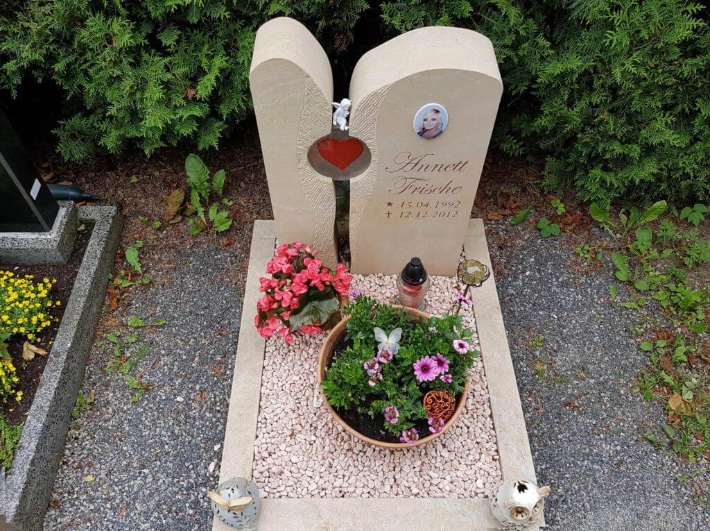Urnengrab-Kleine-Grabsteine-Pflegeleicht-Kies-Gestaltung-Urnengrabsteine