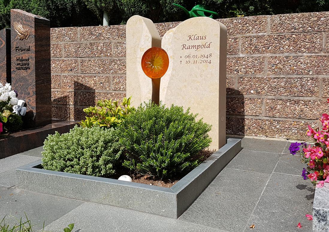 Urnengrabstein mit EInfassung aus hellem Kalkstein & Glaselement Sonne