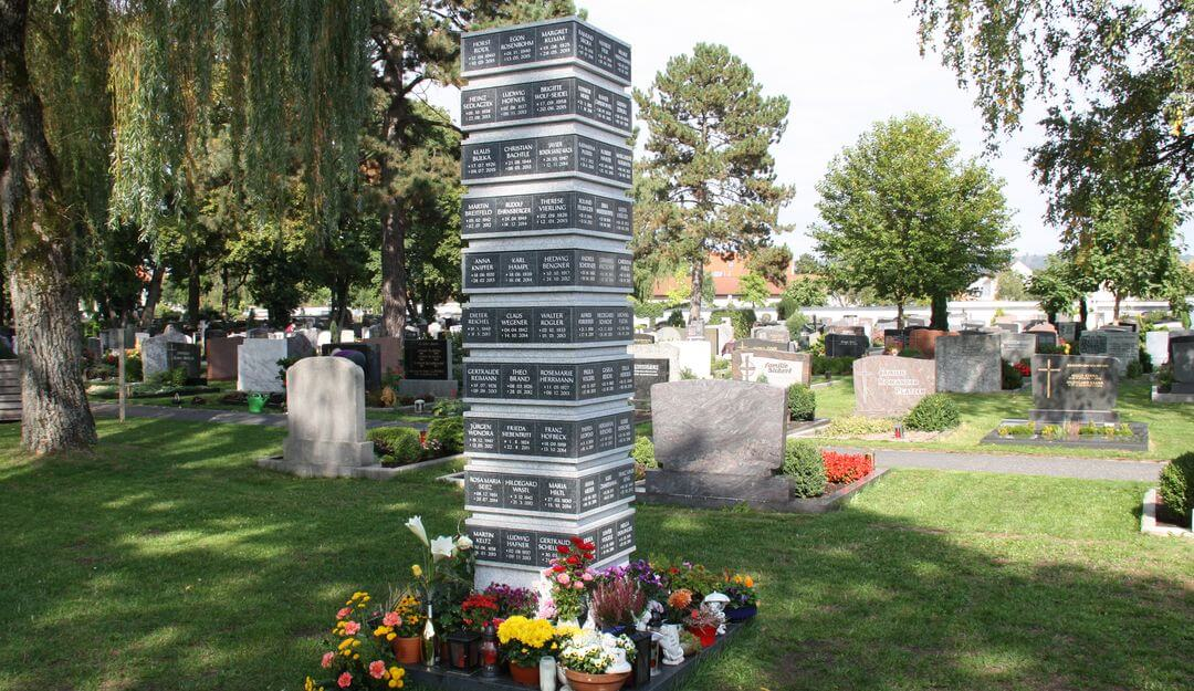 Urnenstelen können entweder Platz für eine oder mehrere Urnen bieten. | Bildquelle: ©Stilvolle Grabsteine
