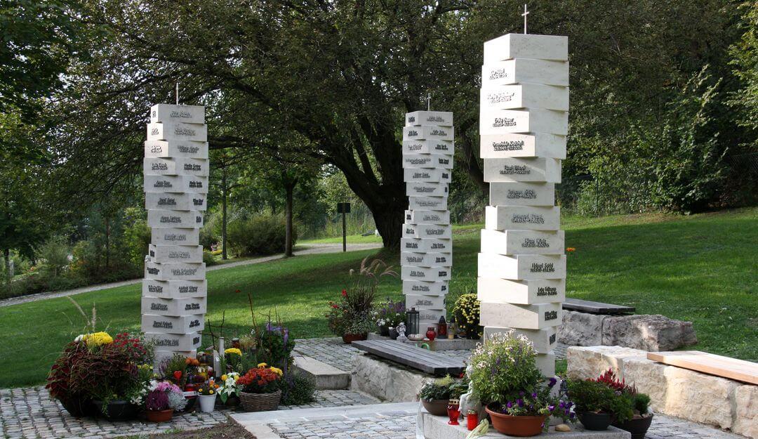Unterschiedliche gestaltet, tragen Urnenstelen auch zum Gesamtbild des Friedhofgeländes bei. | Bildquelle: ©Stilvolle Grabsteine