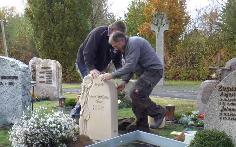 Video zu Impressionen vom Friedhof – Aufbau Floraler Grabstein mit Sonnenblume aus Sandstein