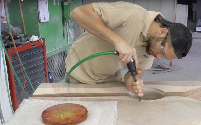 Video zu Grabstein Signum mit Glas Element Sonne – Blick in die Werkstatt
