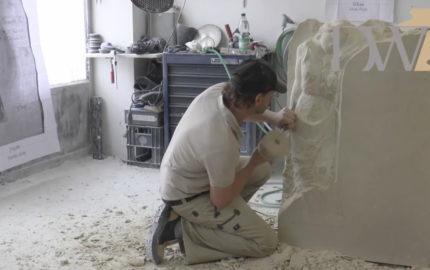 """Urnengrabstein mit Engel """"Clarissa"""" aus Sandstein – Herstellung in unserer Werkstatt"""