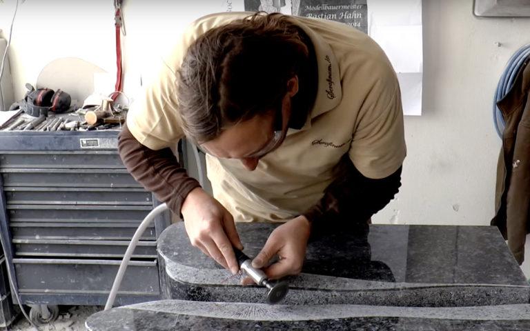 Video zu Individueller Grabstein aus Granit Labrador Blue Pearl