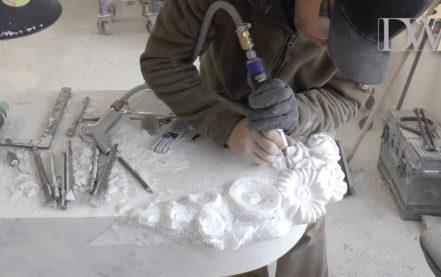 Weißes Marmorgrabmal mit Blumendekor