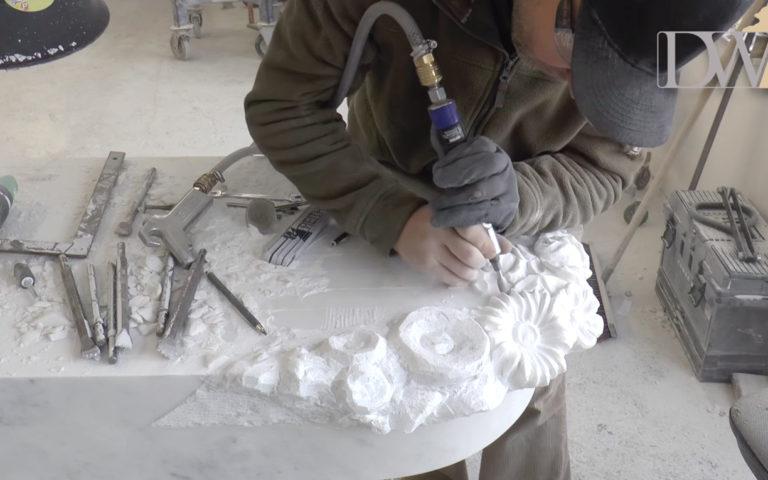 Video zu Weißes Marmorgrabmal mit Blumendekor