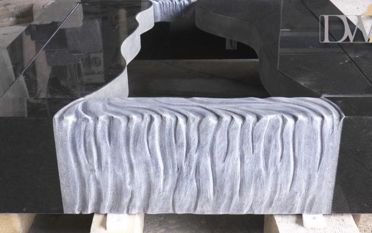Video zu Grabstein mit Wasserfall-Design & Glas – Inklusive Grabeinfassung
