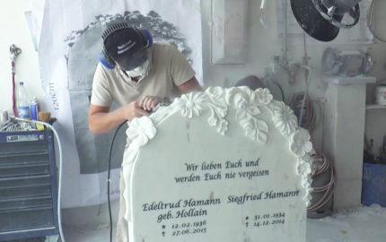 "Marmorgrabstein ""Corvina"" mit Rosenmotiv – Edles Grabmal für Doppelgrab"