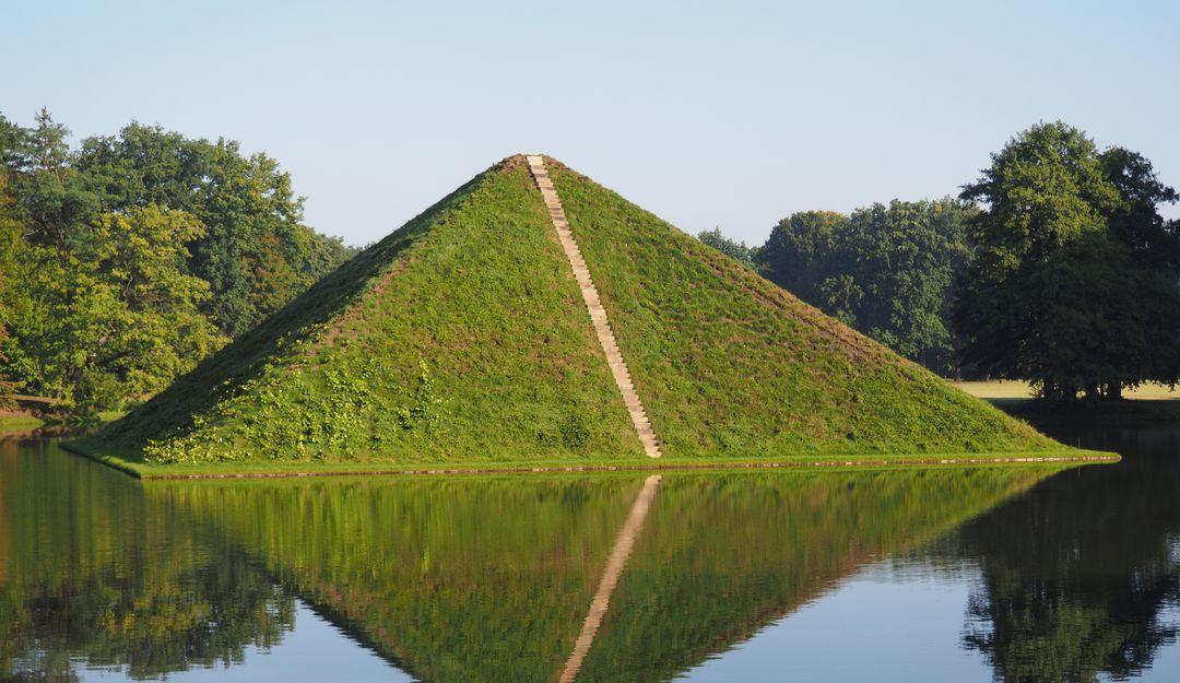 Die Grabpyramide steht in mitten eines Sees und beherbergt das Grad des Fürsten.| Bildquelle: © Fotolia - imohn