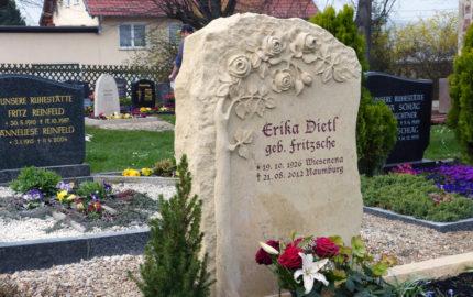 Familiengrab / Doppelgrab - rustikaler Steinmetz Grabstein Felsen mit Rosen Ornament aus Sandstein / Naumburg - Friedhof Großjena<br />