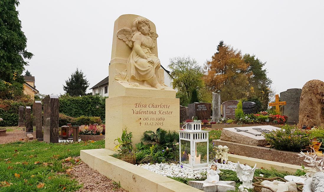 Kindergrab Kindergrabstätte mit Engel Grabgestaltung Kies Grabbepflanzung Grablampe Steinmetz Bad Vilbel Friedhof Massenheim