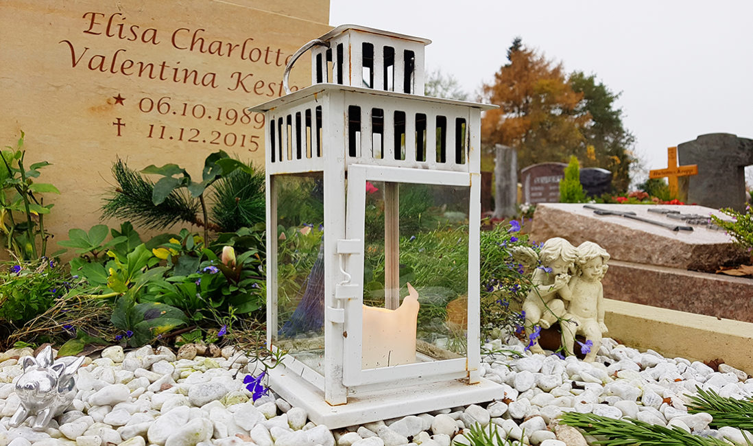 Kindergrabanlage Sandstein Grabschmuck Grablampe Kerze Grabgestaltung Kies Grabbepflanzung Stauden