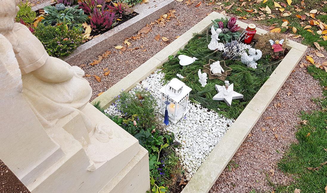 Kindergrabmal Engel Skulptur Grabgestaltung Winter Reisig Stauden Kies Grabumfassung Sandstein Grabschmuck Grablampe Steinmetz Bad Vilbel