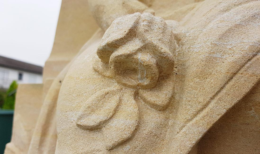 Grabstein Kindergrab Gestaltungsidee Detail Rose Sandstein Bildhauer Bad Vilbel
