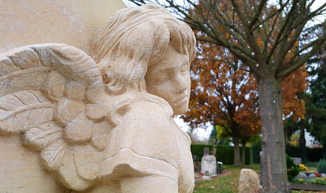 Ideen für Kindergrab Gestaltung Grab für Junge Menschen Bildhauer Grabengel Sandstein Detail Bad Vilbel