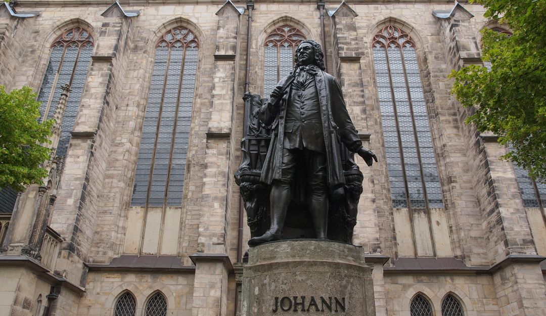 Das Bachdenkmal vor der Thomaskirche in Leipzig. | Bildquelle: © Fotolia - Claudio Divizia
