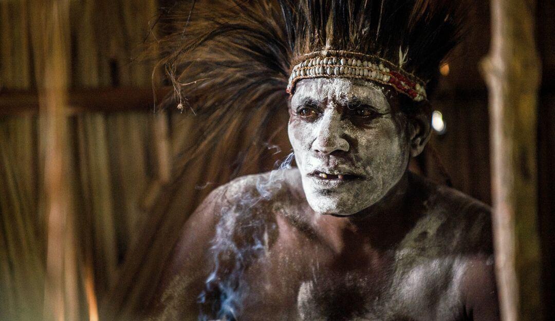 Die Ureinwohner Papua Neuguineas haben zahlreiche Rituale, die sie nach dem Tod eines Stammesmitglieds vollführen. | Bildquelle: © depositphotos
