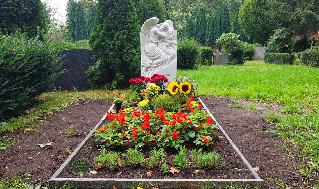 Grabbepflanzung Grab bepflanzen Sommer Blumen Grabgestaltung Engel Grabstein Marmor Beispiele Steinmetz St. Johannis Friedhof Berlin