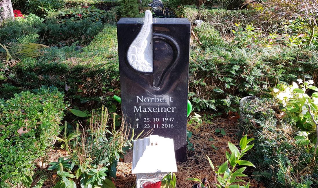 Urnengrab Urnengrabstätte Urnengrabstein Granit Engelflügel Marmor kleiner Grabstein Urnengrab Steinmetz Berlin Friedhof Dahlem
