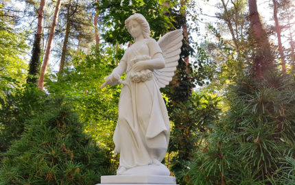 Gedenkstein für eine Familiengrabstätte aus Marmor auf dem Waldfriedhof Zehlendorf in Berlin