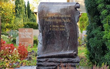 Urnengab aus Granit Paradiso - Grabstein mit Papyrus - Einfassung & Platte (Pflegeleichte Grabgestaltung) - sommerliche Bepflanzung / Friedhof Altglienicke in Berlin