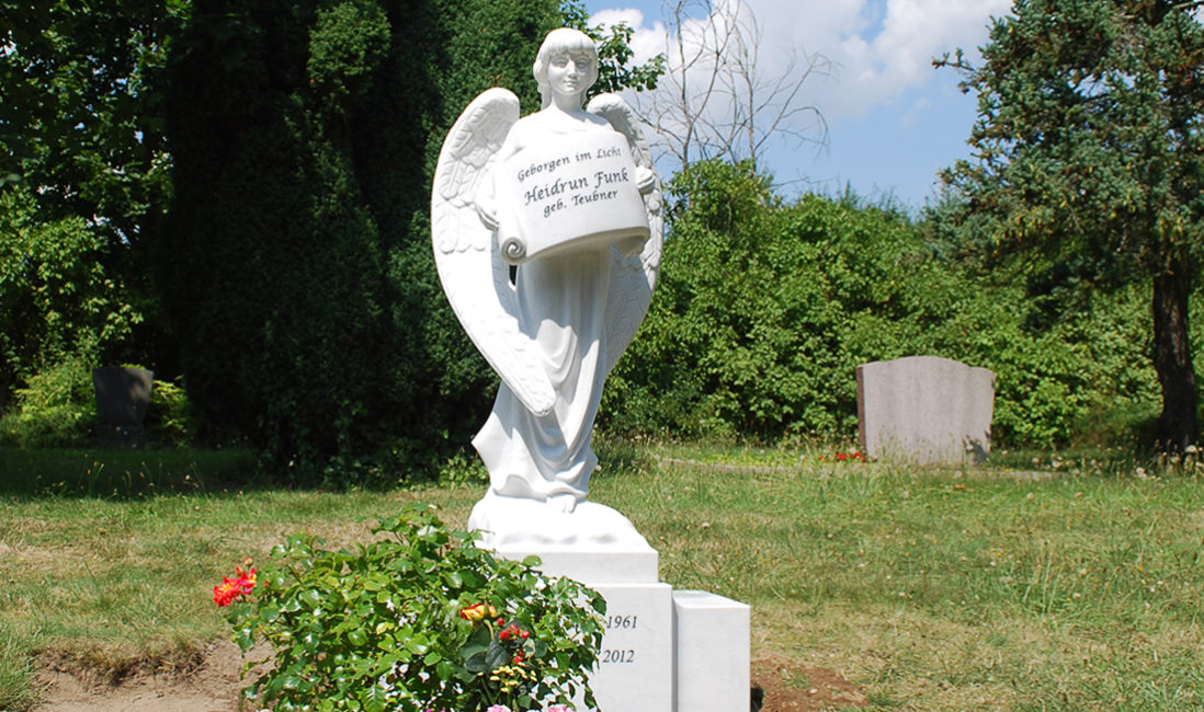Individueller Engel Grabstein mit Buch Friedhofsengel Marmor Familiengrab Doppelgrab mit Gesicht Verstorbenen Engel Grabsteine Hersteller Herstellung Bildhauer Steinmetz Evangelischer Friedhof Torgau