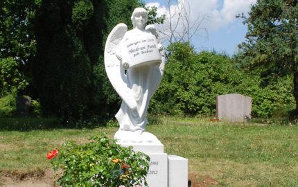 Grabengel für eine Einzelgrabstätte aus Marmor auf dem Evangelischen Friedhof in Torgau