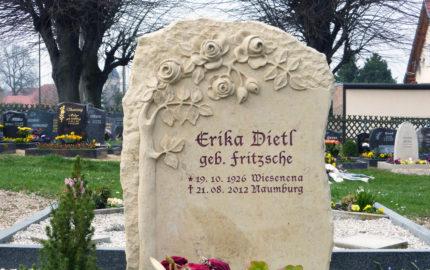 Gedenkstein für eine Doppelgrabstätte aus Sandstein in Großjena auf dem Dorffriedhof