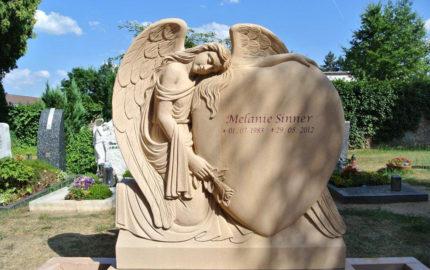 Familiengrabstein mit Engel für ein Doppelgrab aus Sandstein in Wixhausen auf dem Friedhof