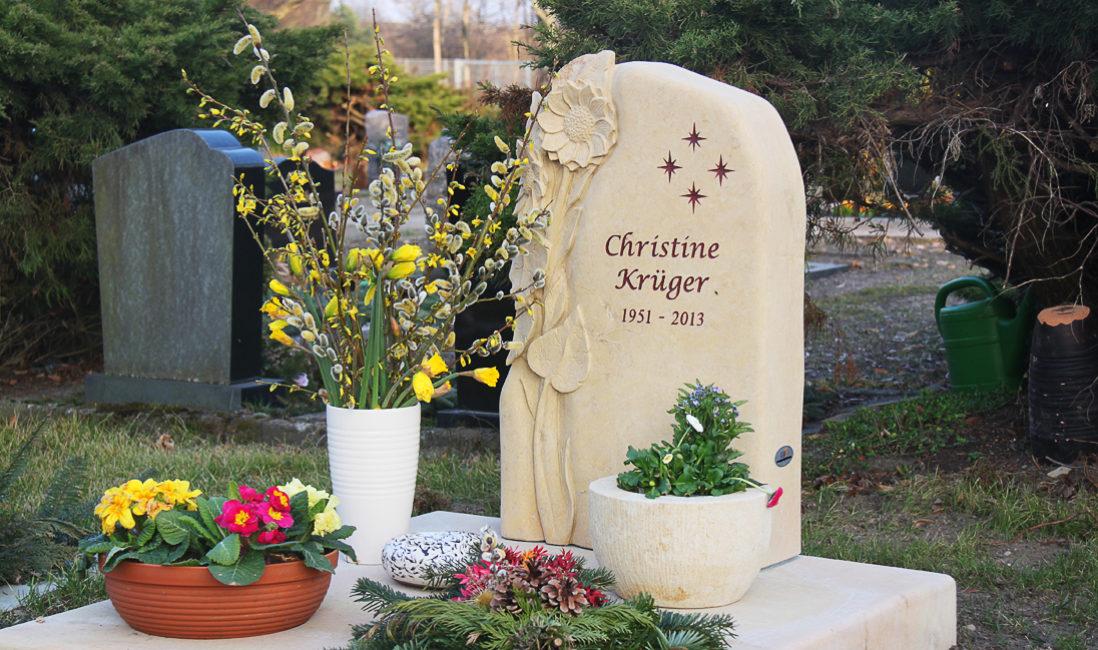 Grabstein Urnengrab Gestaltung Grabplatte Sonnenblume Sandstein Steinmetz Friedhof Schönfließ Eisenhüttenstadt