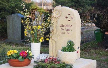 Gedenkstein für ein Urnengrab aus Sandstein auf dem Dorffriedhof in Schönfließ