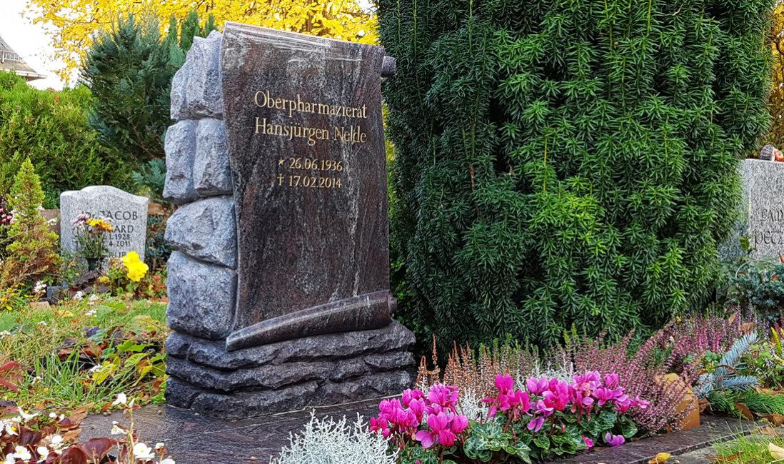Urnengrabstein Granit Paradiso poliert Grabstein mit Bepflanzung Blumen Berlin Friedhof Altglienicke