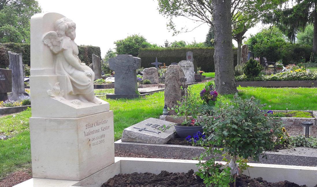 Einzelgrab Kindergrab mit Einfassung Engelgrabstein Sandstein Kindergrabstätte gestalten Idee Gestaltung Bild Muster Foto Steinmetz Bad Vilbel Friedhof Massenheim